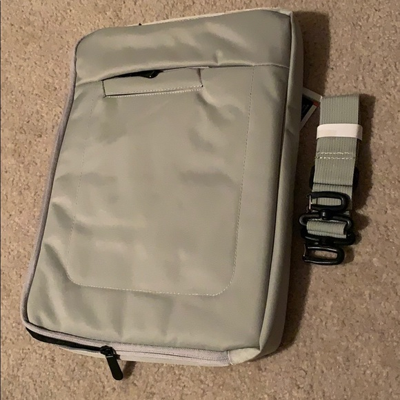 "BNWT Universal Messenger Bag 15"" laptop"